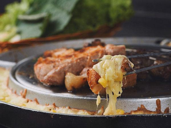 thit-nuong-cuon-pho-mai-ben-ngoai-dem-lai-cam-giac-doc-dao-ngon-mieng-tai-k-pub