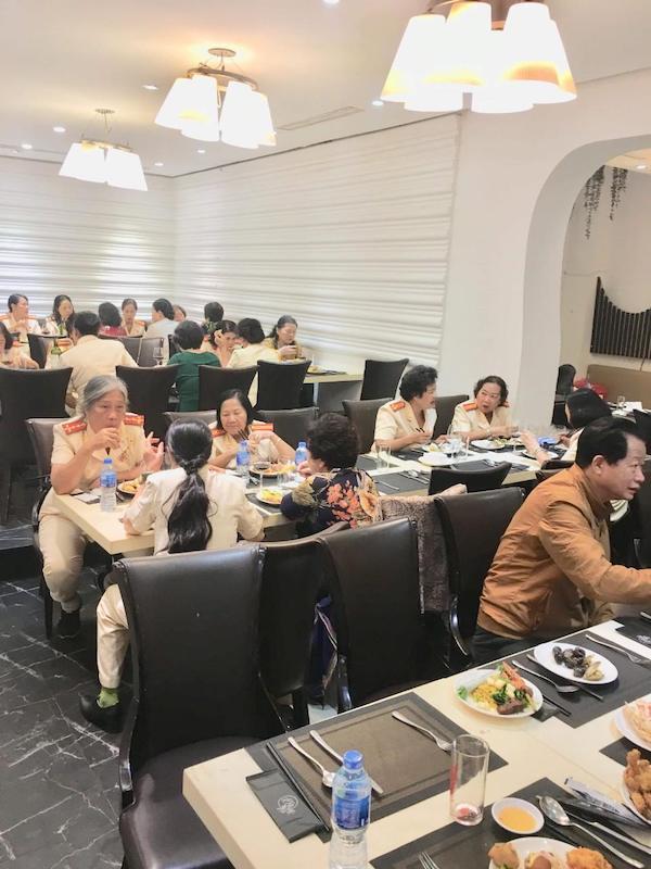 thuc-khach-tai-su-buffet
